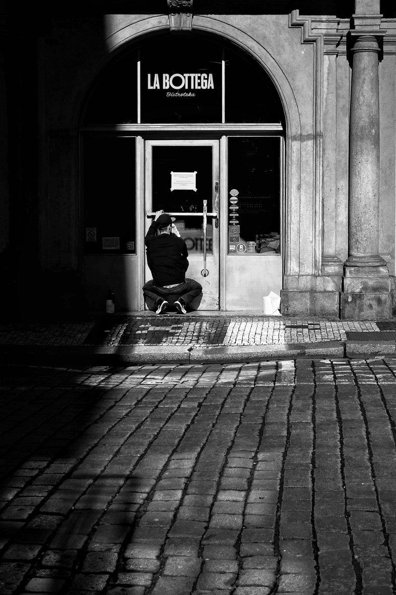 Čistící... Praha 🇨🇿 2020 #vitas69 #vitashenclcom #fuji #xe1 #fujieurope #fujiczech #streetphotography #streetshot #streetphoto #street #streetlife #Prague #Praha #citylife #czechphoto #photooftheday #bnwphoto #bnwfuji #bnw #czechstreetphoto #praguecity #people https://t.co/u5m1IpbqIl