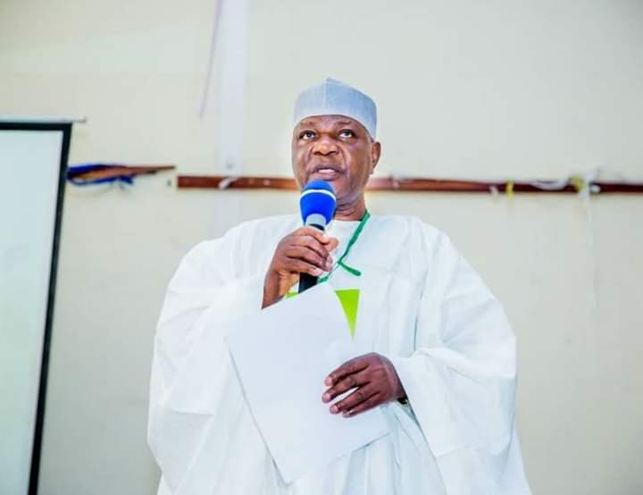 Breaking news: The Chief of Staff to the Kwara state governor @RealAARahman, Mr Aminu Adisa Logun is dead. He died on Tuesday evening of complications from COVID-19. He died only a few hours after the test of his result returned positive. @tvcnewsng @hazucall @FemiAkandeTVC https://t.co/kKcJH51Eu1