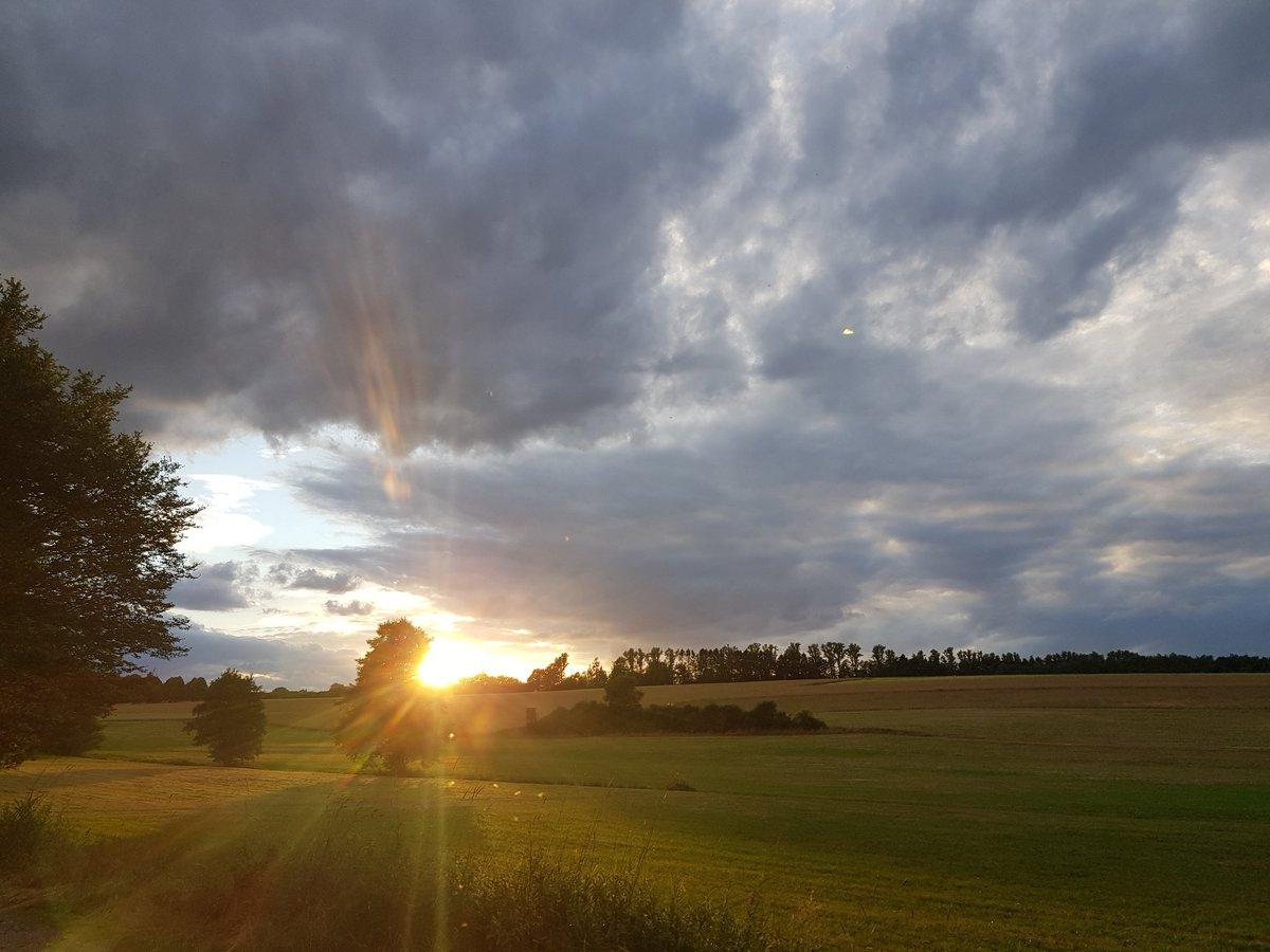 Und knapp 20 Minuten später so. Hach...  #Heftrich #Hessen #Taunus #Idstein #Wolken #NaturePhotography #Natur #Deutschland #Germany https://t.co/PnIAsTReOX https://t.co/0rgtv2yeKQ