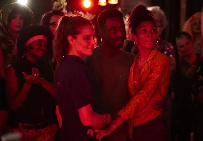 """Uma relação a três funciona? Esta nova série tenta responder com humor. """"Trigonometry"""" estreou no início de julho na HBO Portugal.  https://t.co/2APo4MMIKh https://t.co/wzoxQ5hKVw"""