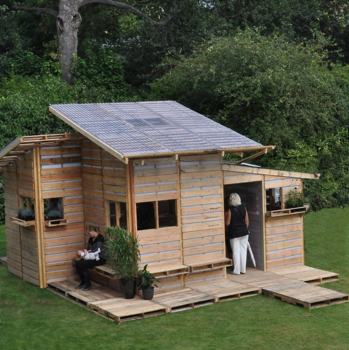 DIY Pallet House, ecological and low-cost recycling source: ecobnb https://buff.ly/3e7qxFE  #archilovers  #architecturelovers  #building  #architectureporn  #architecturephotography  #buildings  #archidaily  #arquitectura  #architect  #architexture  #arquiteturapic.twitter.com/ZAv0PgkRoX