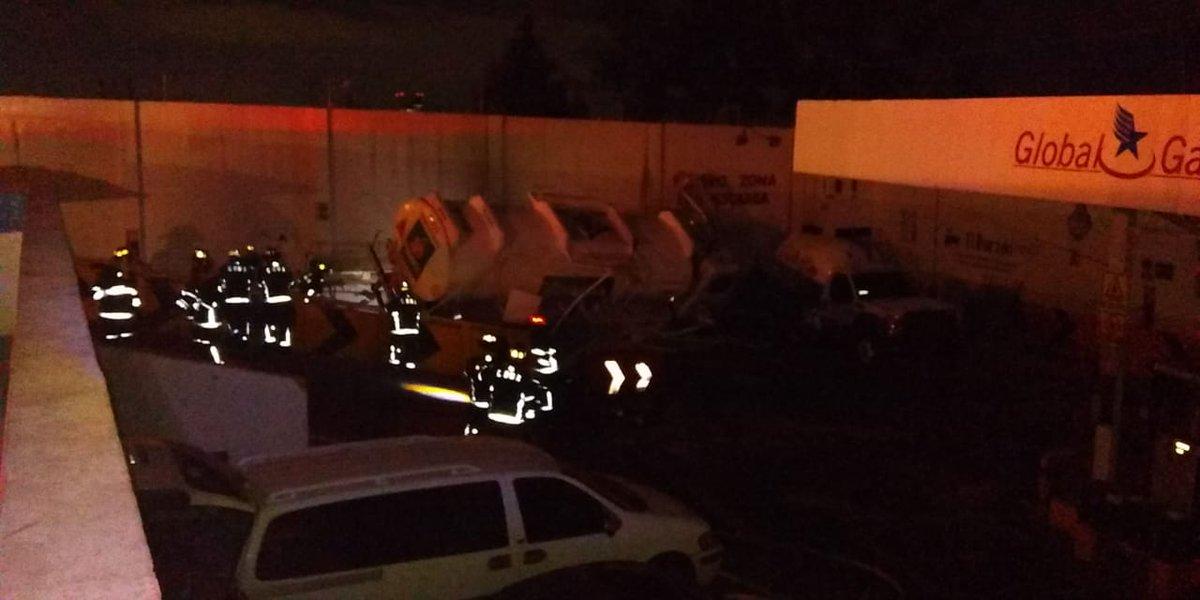 Continúan trabajos de trasvase en el lugar donde se accidentó una pipa de hidrocarburo en @AlcaldiaAO. Cuerpos de atención de emergencias coordinan acciones para realizar las maniobras de forma segura. Evita acercarte a la zona. #TrabajandoJuntos #LaPrevenciónEsNuestraFuerza