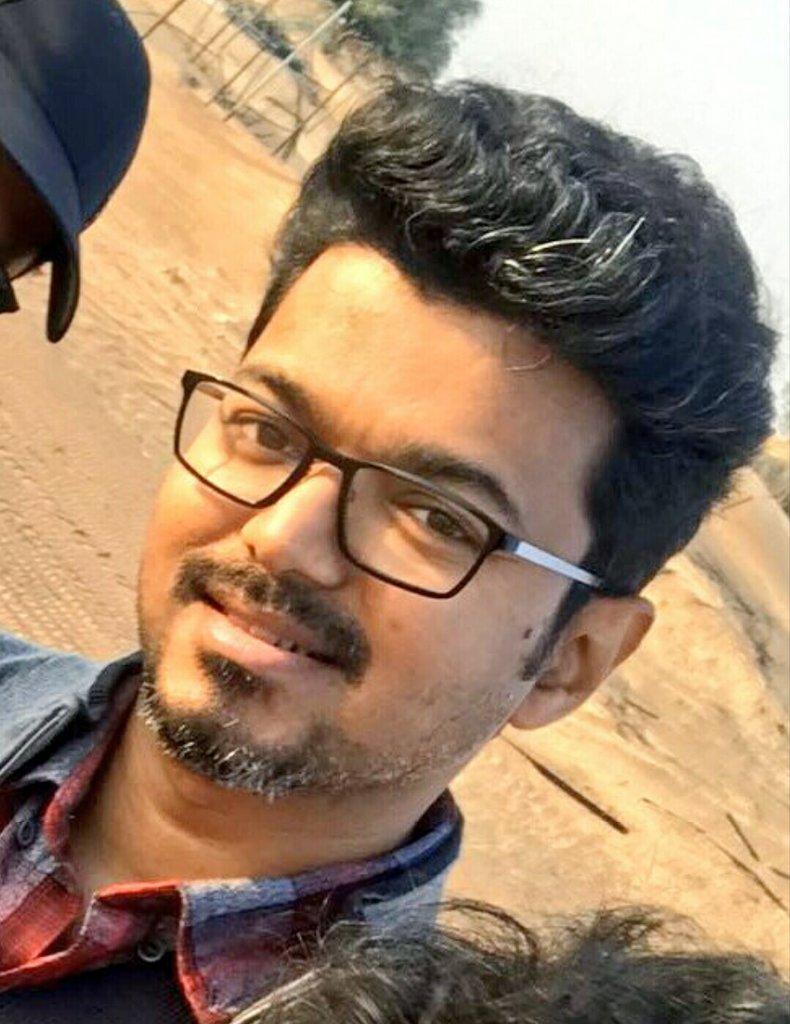 RT @BigilTamilMovie: The Trending Pic In HD 😍 #Thalapathy @actorvijay ❤ #Master https://t.co/zWzfHHw31x