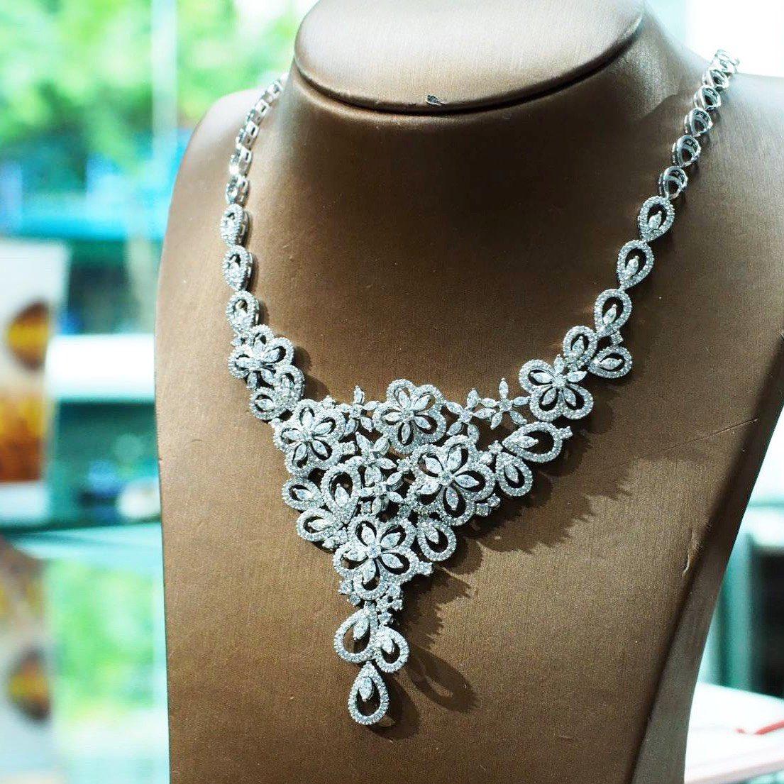 Diamond necklaces . #diamonds #diamondnecklaces #jewelry set #weddingnecklaces #luxuryjewelry#highjewelry #finejewelry #Petchchompoojewelry#เพชรชมพูจิวเวลรี่#fashionjewelry #weddingring  #weddingband #chanellover #hermeslover #lvlover #hermesthailand #chanelthailand #lvthailandpic.twitter.com/Vxdj3EaZqR