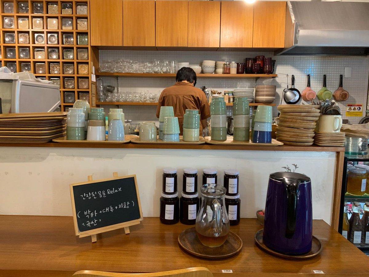 คาเฟ่สปาเท้าคลายเมื่อยสไตล์เกาหลีที่ Tea Therapy🌱  ร้านสีโทนอบอุ่น ให้บรรยากาศสบาย ๆ เหมาะกับการมานั่งจิบชา พร้อมแช่เท้าคลายเมื่อยยามบ่ายสุด ๆ เลยล่ะค่ะ😊 บรรยากาศโบราณ ๆ แถมซื้อของฝากกลับไปที่บ้านได้ด้วยน้า✨(☞ https://t.co/FyfSxWjzbV)  #รีวิวเกาหลี #คาเฟ่เกาหลี #เที่ยวเกาหลี https://t.co/KZMi0ciSRA