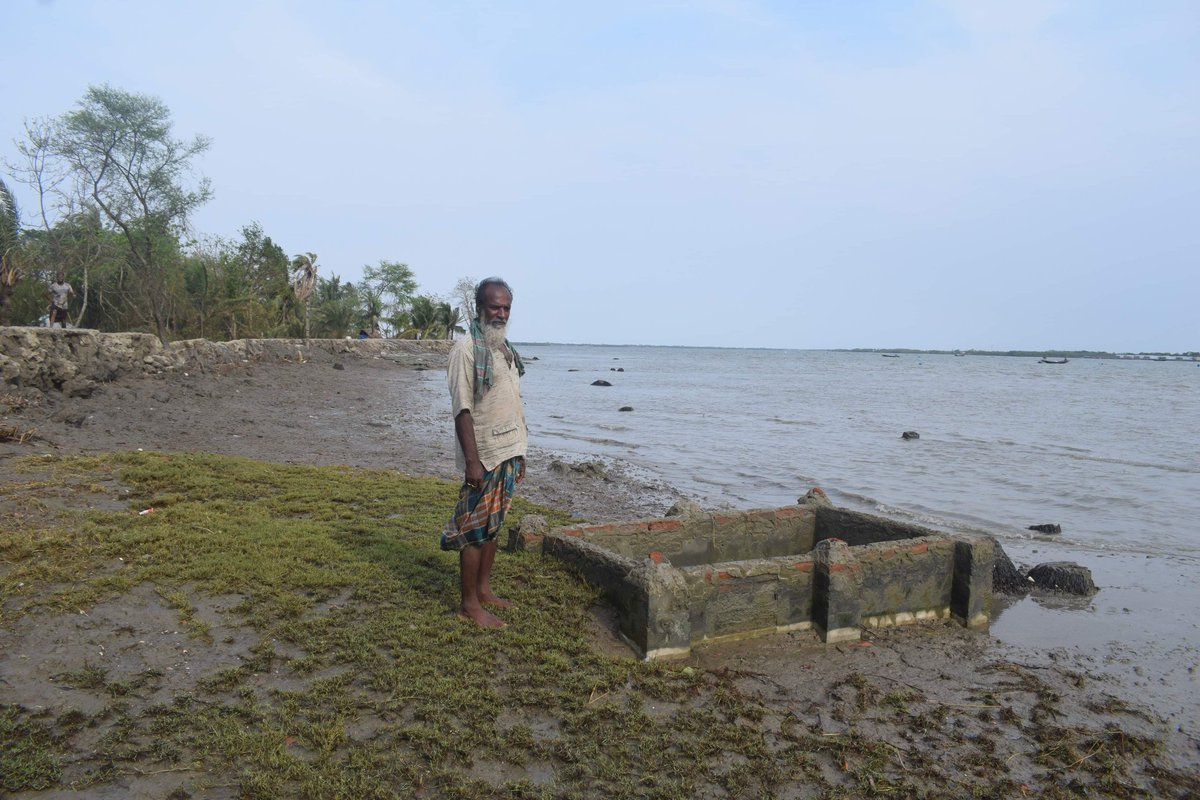 The #graveyard of dear relatives could not be saved. Pictures of #coastalareasofBangladesh. @UNDRR @Babu_UNEP @HMcGray @RiversTROSA @third_pole @earthjournalism @isabelhilton @HebaJournalist @msemilymccombs @JamwalNidhi @ICCCAD @ICD_climate @IIED @ColinMcQuistan @DDisplacementpic.twitter.com/meNhoGQtSS