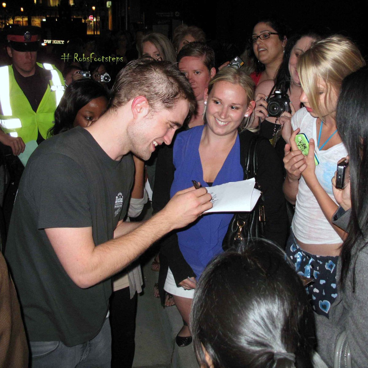 FLASHBACK: On a day like today exactly nine years ago, July 8th 2011, #RobertPattinson sharing time with fans after a day of filming #Cosmopolis in Toronto, Canada.pic.twitter.com/ujlHTC9GX7