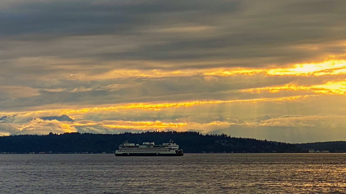Golden ray sunset tonight #Seattle #westseattle #sunset pic.twitter.com/wo6iG7ixv8 – at Statue of Liberty