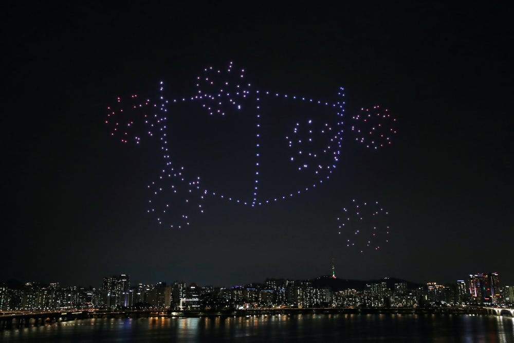 Hundreds of drones illuminated the sky in #Seoul, South Korea, displaying health guidelines amid the #coronavirus pandemic #COVID19 pic.twitter.com/HU1mKX38WD