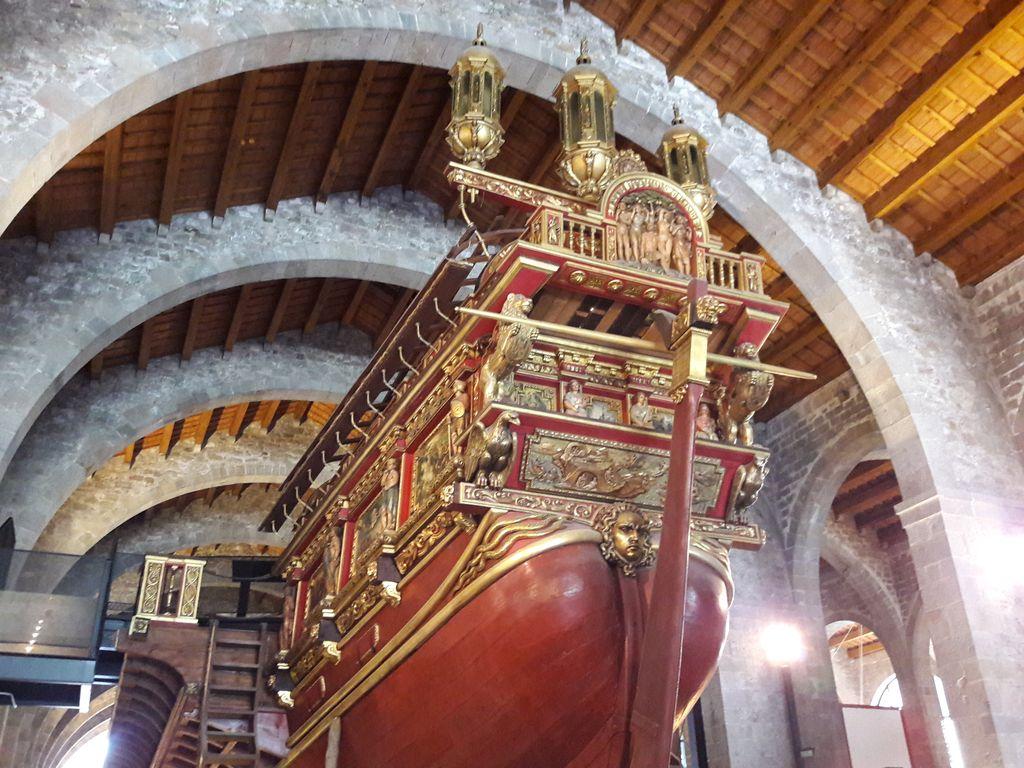 El @MuseuMaritim us ofereix tot el seu espai expositiu obert. Aprofiteu els més de 8.000 m2 de les Naus Drassanes! Una arquitectura medieval que captiva i envolta les exposicions temporals i permanents del Museu. Us hi esperem! #obertsMMB   https://www.mmb.cat/visita/planifica-la-visita/#sp1…pic.twitter.com/EUPF9maJzc