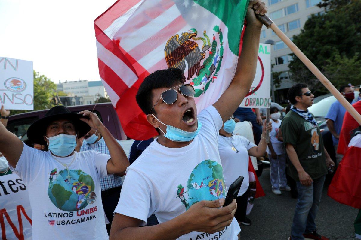 """""""¡Es un honor estar con Obrador!"""" fue una de las porras que el presidente mexicano recibió por parte de los connacionales que acudieron a sus actos públicos  #AMLOenWashington   Fotografías: @reuters https://t.co/W9ui1rgP3Z"""