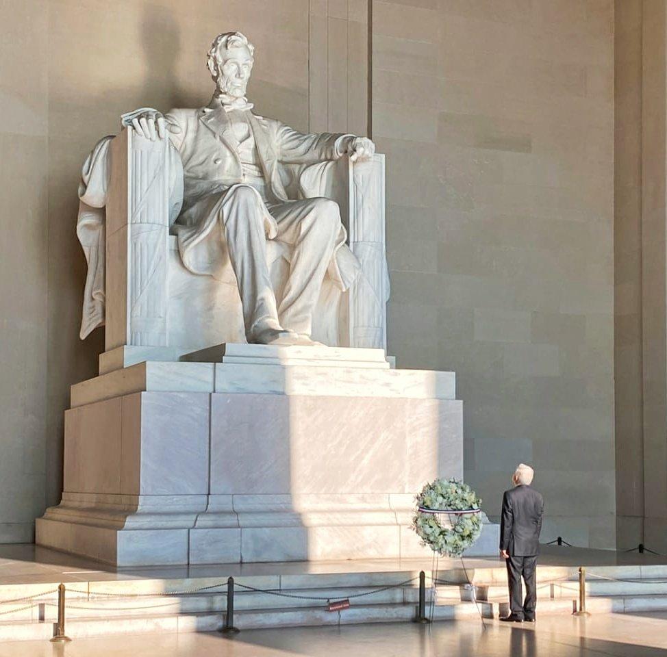 El Presidente Andrés Manuel @lopezobrador_ en su visita al monumento a Abraham Lincoln.