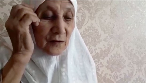 Helimihan, 92 yo, fr Qarghiliq county, Kashgar, now in #Kyrgyzstan. She lost contact with her children and grandchildrens (35 persons in total) for 4 years. She learned that some of them in prison now. Her only wish is to meet her family for last time. https://t.co/mBxE57IvFX https://t.co/8mLe6A5lXP
