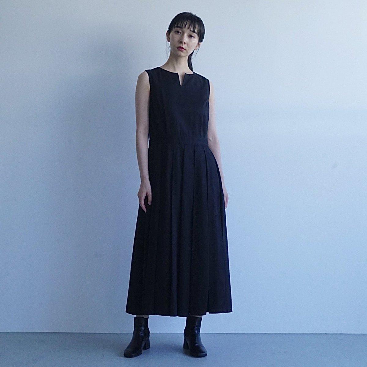 今日は一年ぶりのTHE DRESS #12 です。スカート部分はボックスタック、しっかりとした綿素材でノースリーブなので季節を問わずお使いいただけます💡