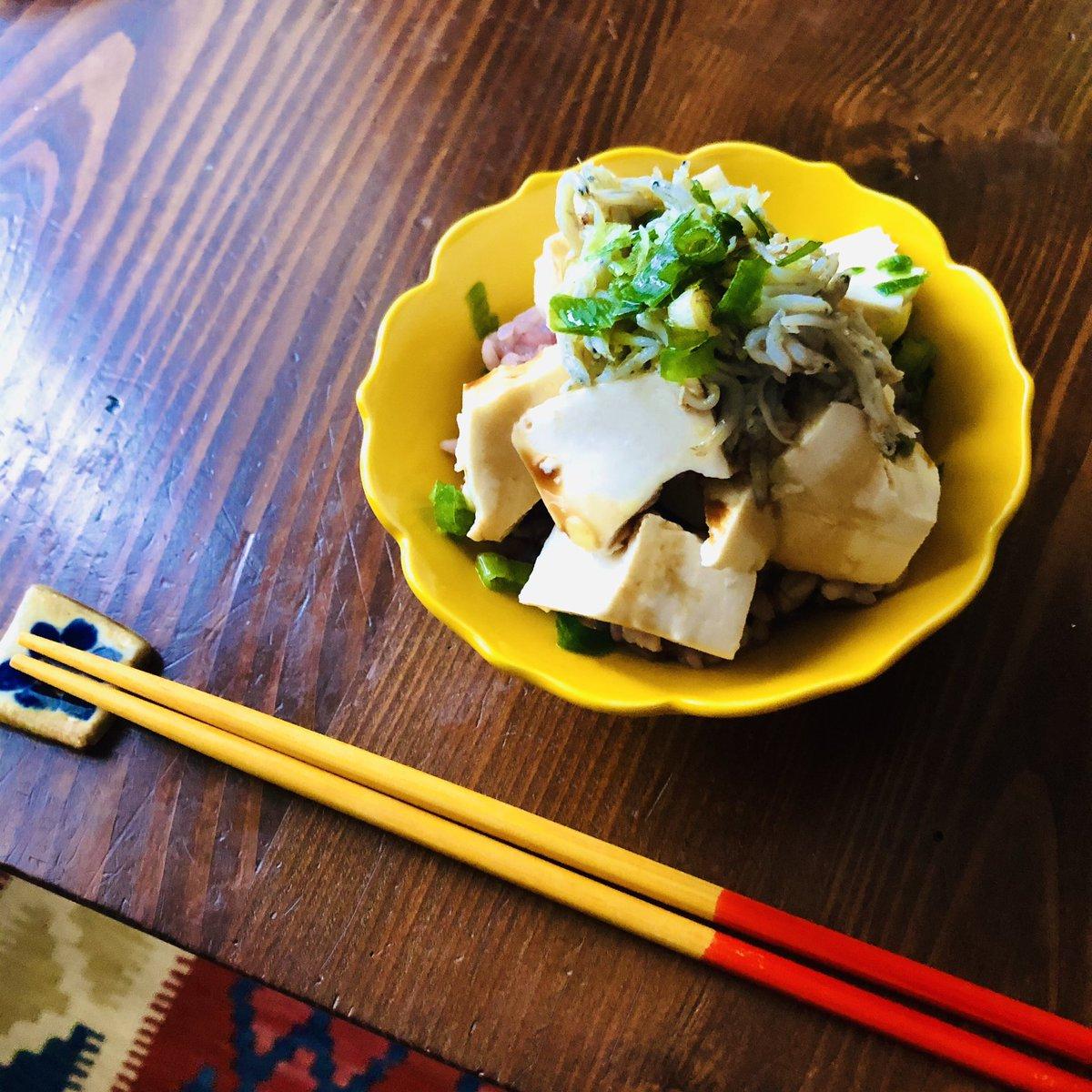 水切りしたお豆腐に白央さん( @hakuo416 )のしらすオイル、醤油をひとたらしの丼、んまー!って思わず声出る美味しさ、大正解💯だから、みんなやって欲しい!夏にぴったり✨食欲がないときも!って私はハンバーグ2個食べますけど😚