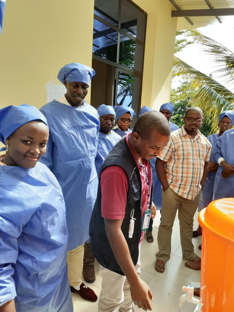 Over 50,000 health workers across #Africa have received infection prevention & control training from @WHO since the #COVID19 outbreak began. This is keeping health workers safe as they save lives from COVID-19 & other threats to public health. #IPC https://t.co/1ndiZZczGG