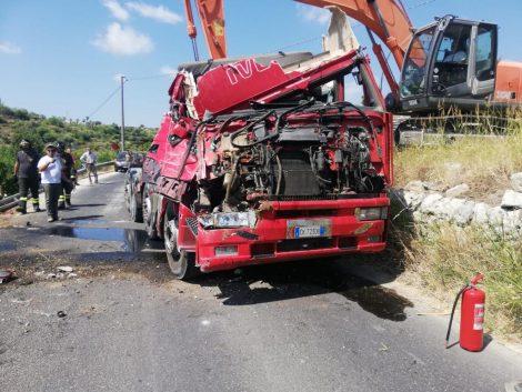 Incidente sul ponte della Siracusa-Floridia, camion si ribalta, strada chiusa al traffico - https://t.co/4lNewTh7MD #blogsicilianotizie