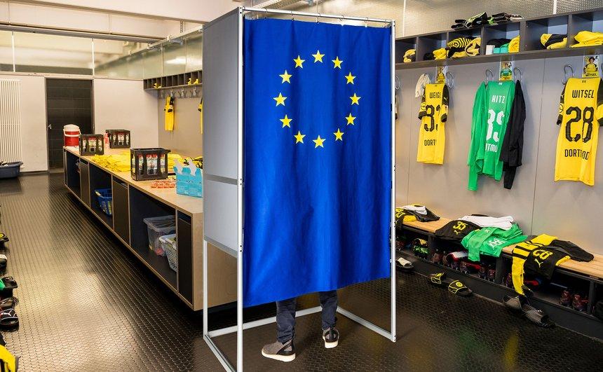 最近は都知事選が話題になったけど、ドイツの航空会社が実施した投票率をあげるアイデアが単純明快で膝を打った。通常はアクセスできないエルプフィルハーモニーのコンサートホールの舞台やサッカークラブのボルシア・ドルトムントの更衣室などに投票所を設置した結果、投票率が13%アップした。 https://t.co/RyEzbreTiA