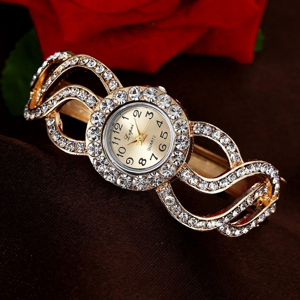 #trendalert #envywear Luxury Watch with Rhinestones pic.twitter.com/pTrVJTMNBe