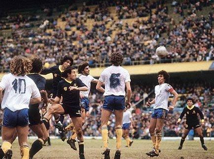 """Un día como hoy, en 1984, con un equipo repleto de juveniles,#Bocacayó 2-1 ante #Atlanta. Lo curioso es que ante la falta de camisetas, utilizó remeras blancas con los números pintados con fibrón. Aquella jornada se recuerda como """"la tarde de las camisetas desteñidas"""" 👕🖊️ https://t.co/uodISqyrAW"""