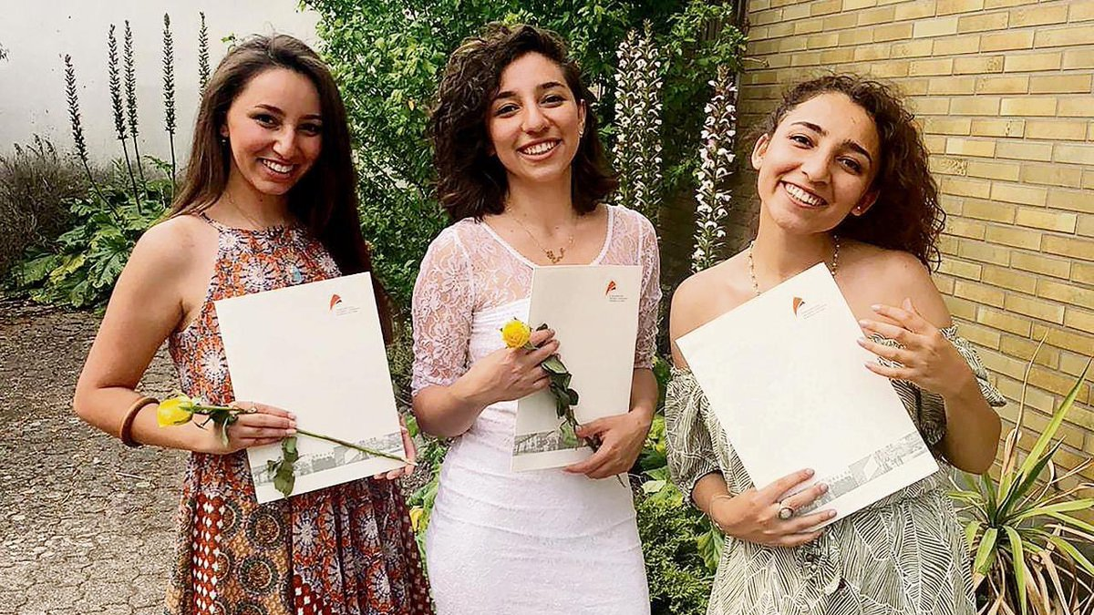 Layla, Leen and Shahed, three sisters from Idlib in Syria, left the city in 2015 after the attacks on the city and escaped to Germany This year the three of them are joining the university after they were ones of the best students who had high scores Goodluck girls and keep it up https://t.co/iyUaHo0yNK