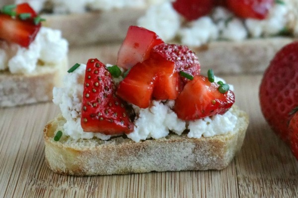 Five ingredients is all you need for these fabulous #Balsamic #Strawberry #Ricotta #Bruschetta! They're a perfect summer treat https://t.co/9etBCmg2gM https://t.co/tXzHvkbWce