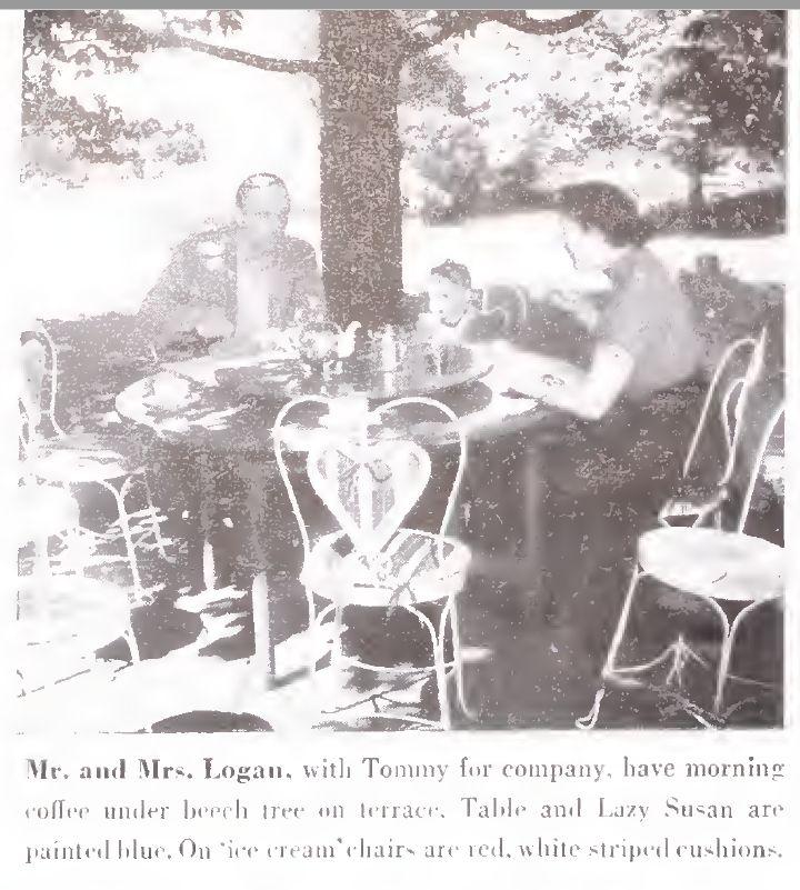 木陰の木漏れ日の下、回転テーブル(Lazy Susan)を囲んで朝のコーヒーを楽しむローガン一家。 雑誌House...