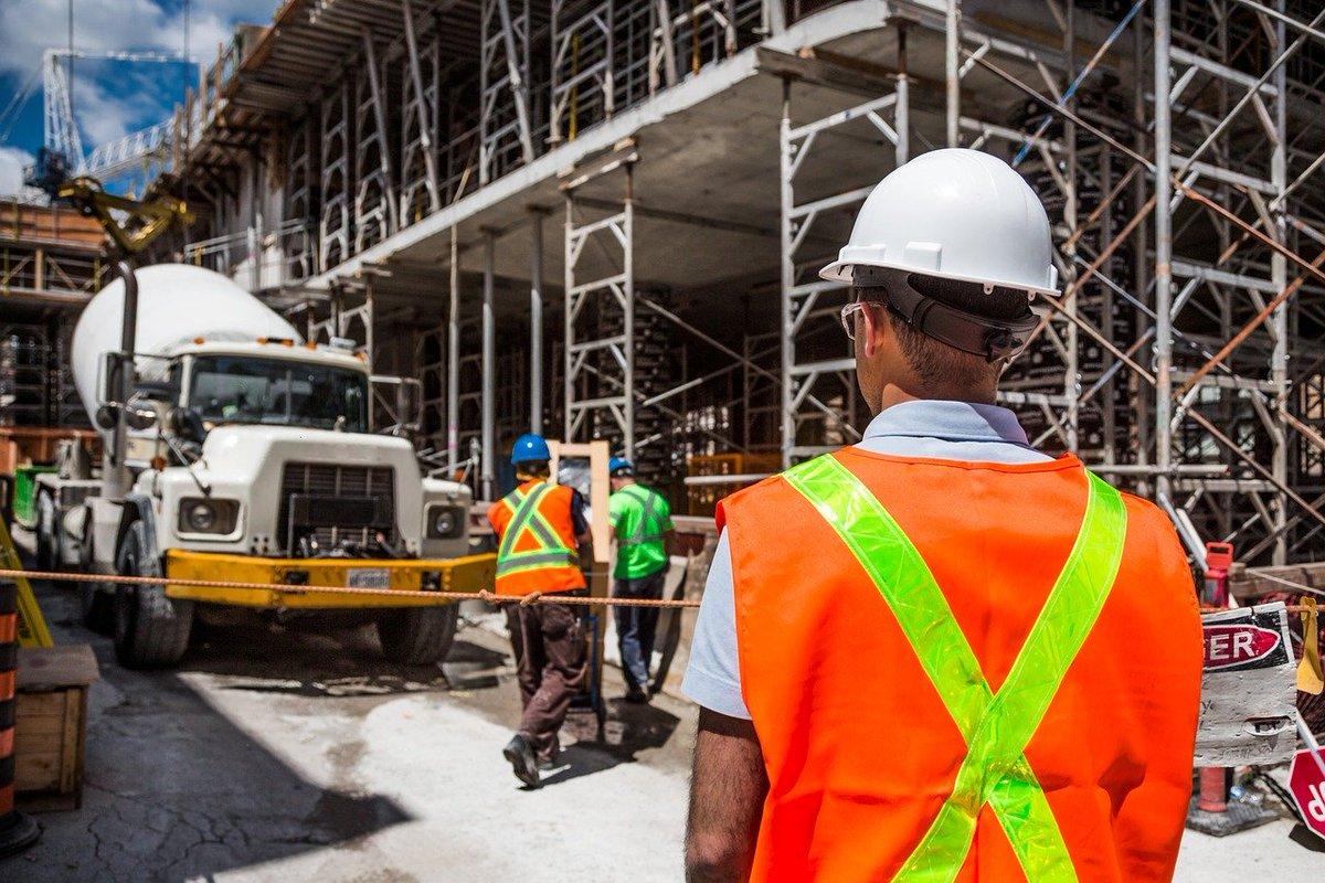 """#Safety is a major concern in the #construction industry. According to #OSHA approximately 20% of worker deaths in 2018 occurred in construction. The """"Fatal Four"""" causes of death were falls, electrocutions, collapsing equipment/structures, and struck-by-object incidents.pic.twitter.com/L8KMShDRs2"""