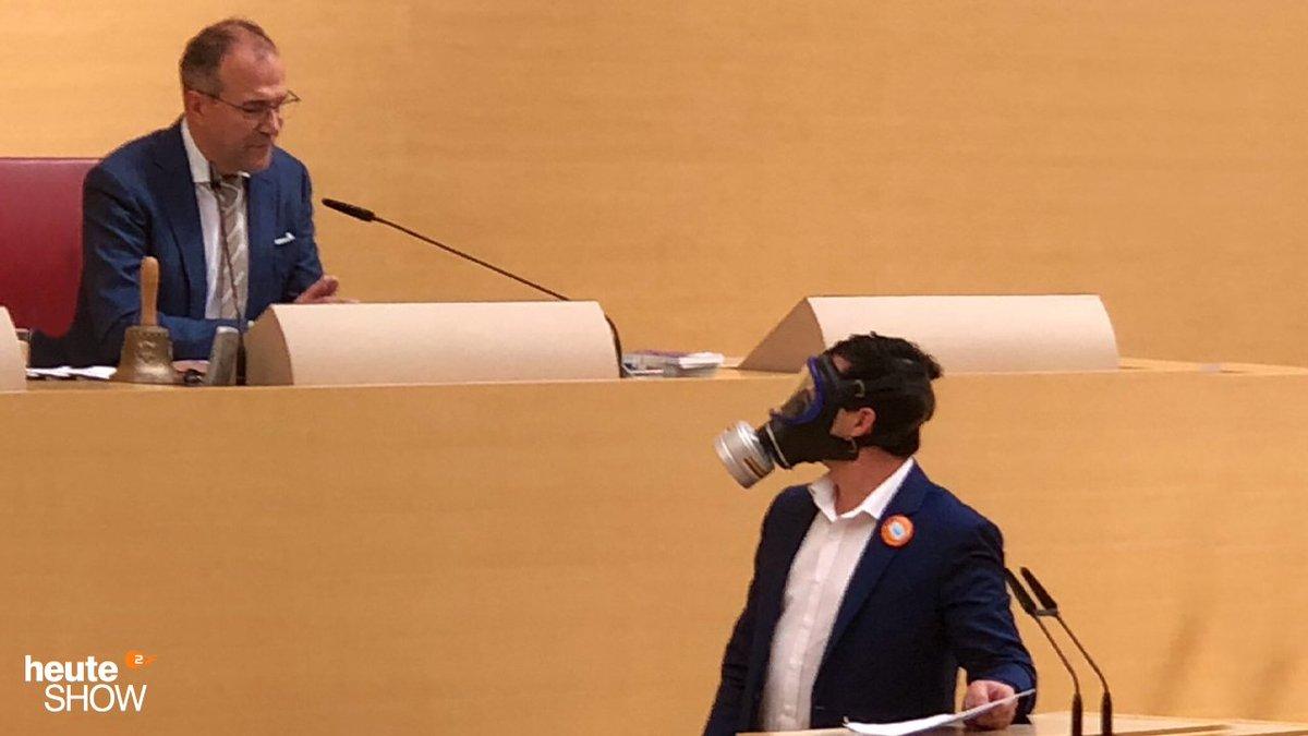 Klar, du bist schon mal tief gesunken. Aber wurde dir im bayerischen Landtag mal als AfD-Abgeordneter von TV-Richter Alexander Hold das Wort entzogen, weil du auf die beschissene Idee kamst, dir eine Gasmaske anzuziehen? https://t.co/9ipkWYPljc