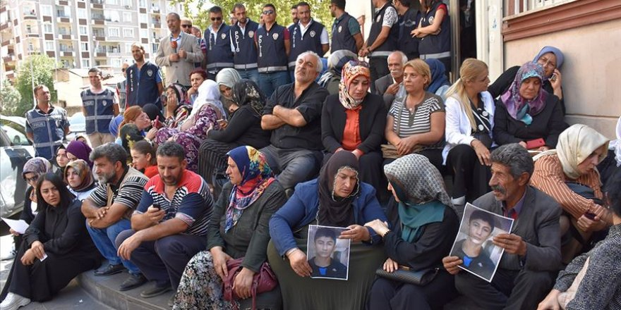 @assurbanibal @machiavelli_gr they even crushed the heads of young children because they didnt want to join the organization with them. Pkk killed thousands of Kurd. they kidnapped the Kurdish kid by force. Mothers have been waiting for 1 year to find their children. HDP city building. your media never showd