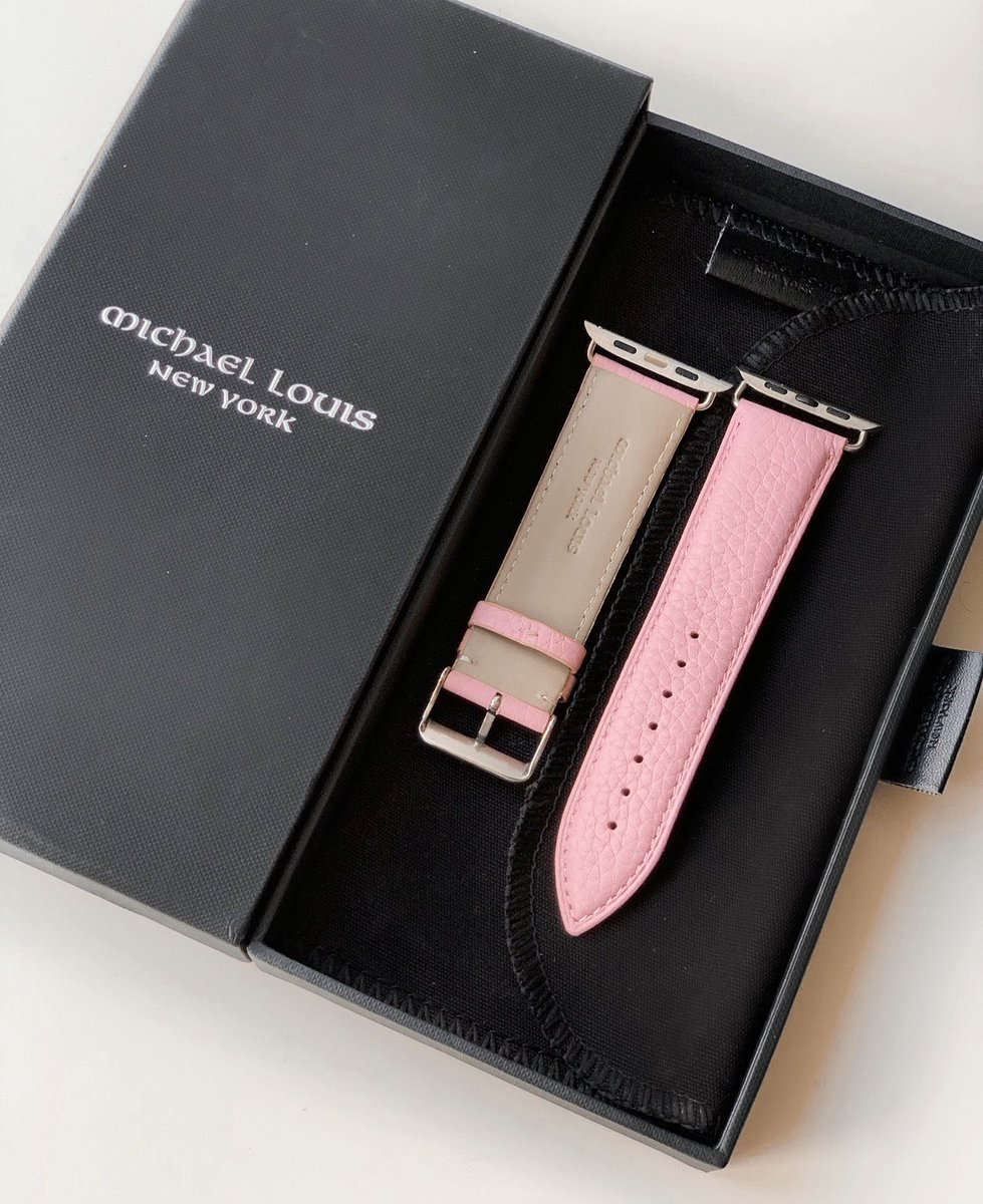 Unboxing the new Pink Pebbled Leather Apple Watch Strap #MichaelLouispic.twitter.com/Hg4bnEyzY0