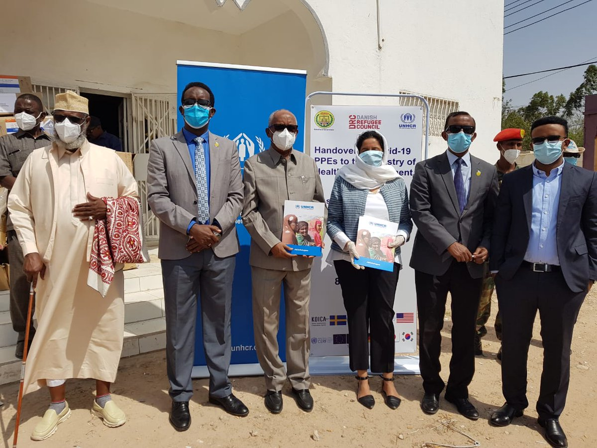 Today in #Hargeisa, @UNHCRSom & @DRC_ngo  handed over #PPE s & 10 temporary housing units to medical facilities in #Somaliland to help mitigate #COVID19 . The Vice President @VPsomaliland   & Minister for Health @OmarAmoud were in attendance. https://t.co/w2GAF6prI4