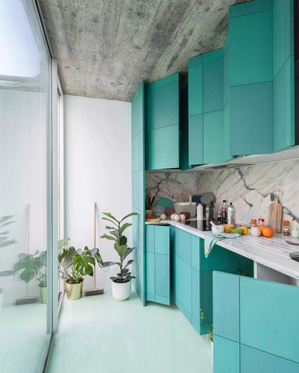 Nosso #DécorDoDia de hoje é para quem ama a cor verde: separamos esta cozinha com piso menta e armários coloridos 💚 Gostam?  https://t.co/QYsA6QqbNm https://t.co/1odTT9Ax1x