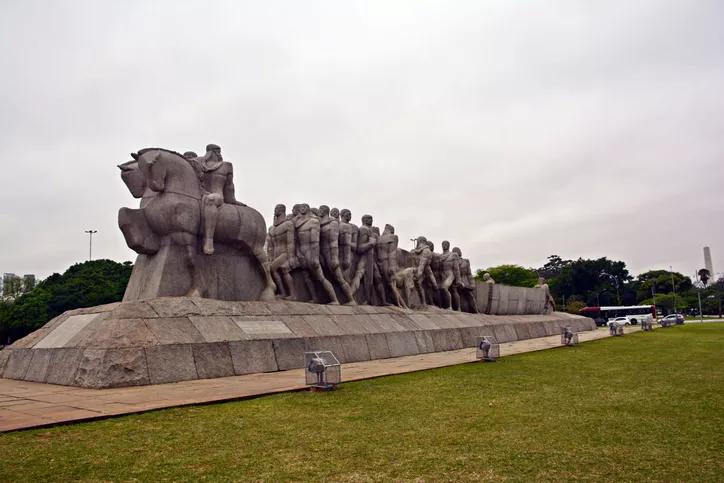 O que monumentos e estátuas escravocratas dizem sobre a sociedade brasileira e as dinâmicas atuais do racismo? Por que é importante repensar estes monumentos? Confira na nossa reportagem e veja o que pensam 4 especialistas no assunto:  https://t.co/pCbWwwqba6 https://t.co/Aa0JH9brfZ