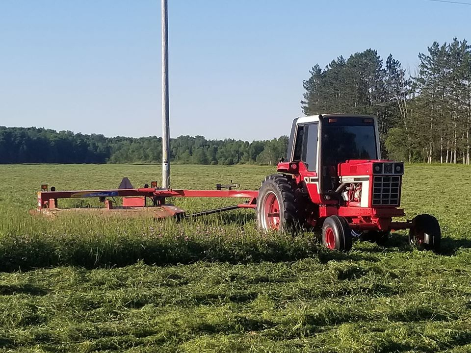 One of our followers cutting Hay in Northern Wisconsin. #InternationalHarvester  Share your farm photos with us and we'll share them!  : Tom Skaar  #HyCap #TractorParts #HyCapacity #HeavyDutyTractorParts #AgParts #Farming #Tractors #Tractorlife #NewHolland #HaySeasonpic.twitter.com/2zBO70DcA6