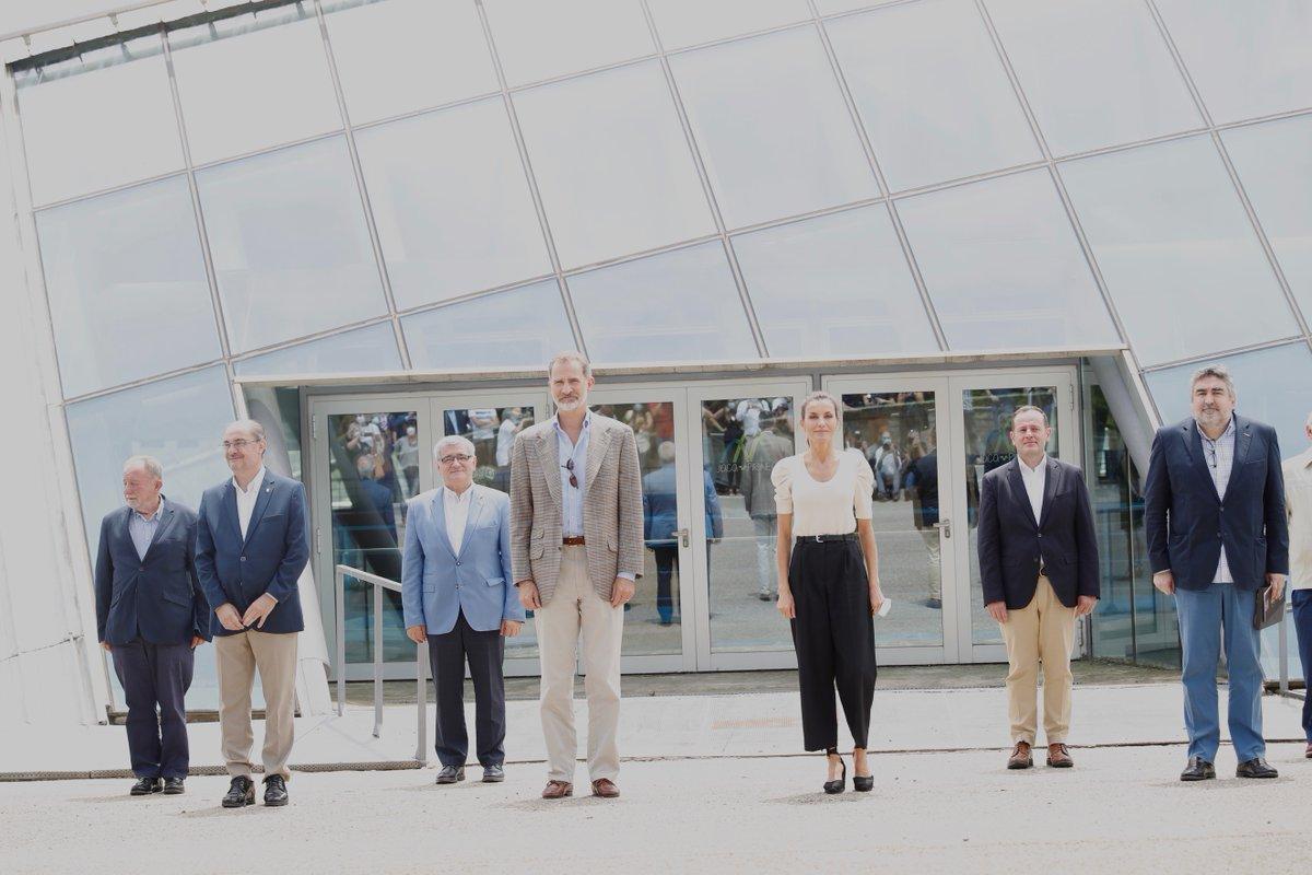 Foto de grupo con los representantes del sector turístico aragonés ante el Palacio de Hielo de Jaca. Fin de la visita de los Reyes a Aragón. @GobAragon @aragonturismo @culturagob @AytoJaca casareal.es/ES/Actividades…