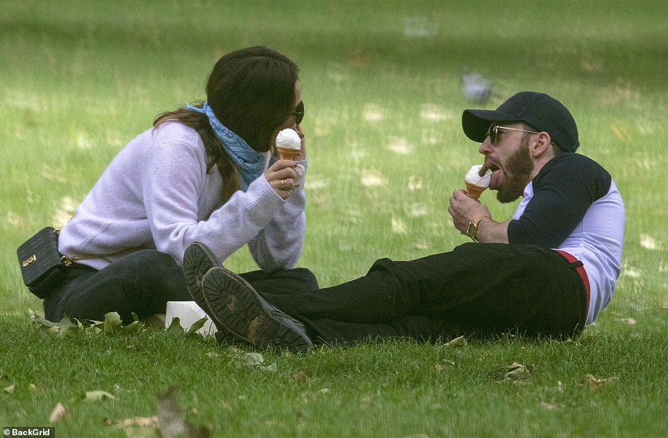 RT @badpostslily: Lily James and Chris Evans were out in London today, (08/07), having ice cream in a park 📸 https://t.co/hFSt0gmGyJ