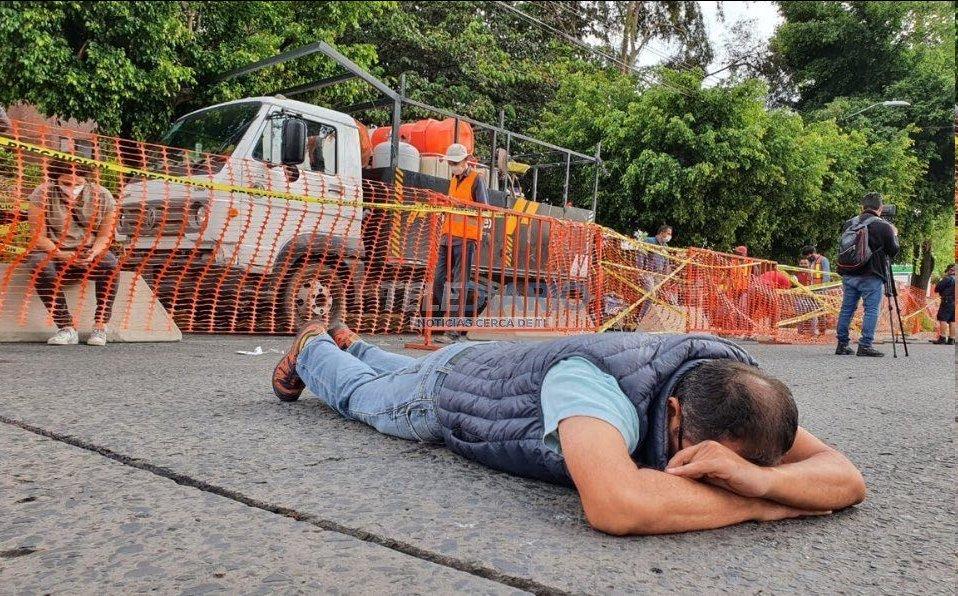 Así se manifestó un vecino contra la ciclovía de la avenida Guadalupe en Zapopan. Literalmente, dejó el cuerpo para impedir un carril para ciclistas. No fue por la deforestación o el calentamiento global o la calidad del aire. No. Fue para mantener su trayecto en coche intacto. https://t.co/9PoRRcJPJp