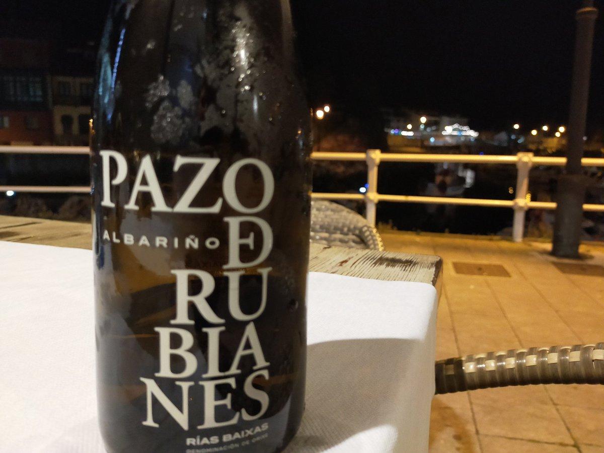 Última noche de regalo en la terracita de @sidreriapuerto. Con nuevo invitado en nuestra carta de blancos de #Galicia #ríasbaixas @PazoDeRubianes #llaneseterna #turismollanes #llanesdecine #terrazasconencanto