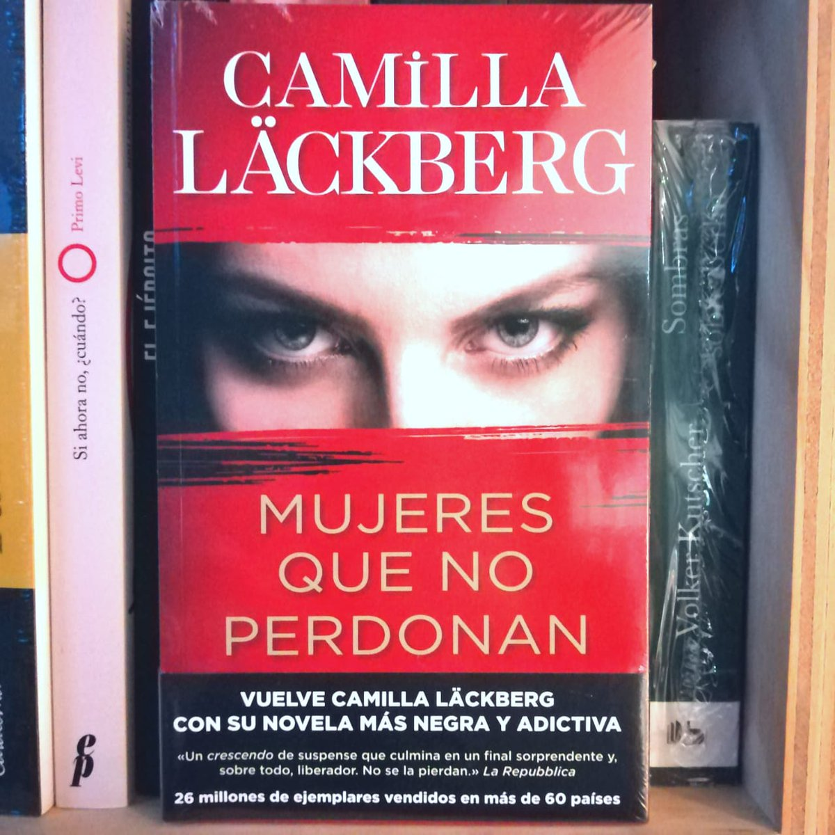 Sufren en secreto vivir sometidas a sus maridos. Un día, y sin conocerse, planean el crimen perfecto. De #CamillaLäckberg  #RegalaLibros #ApoyatuLibrería #NovelaNegra #Policial ¡Enviamos a todo Chile!  #KeepReadingenCasa Wsp +569 3227 1225 Catálogohttps://queleochile.cl/frutillar/pic.twitter.com/z2Ppgh0NoX