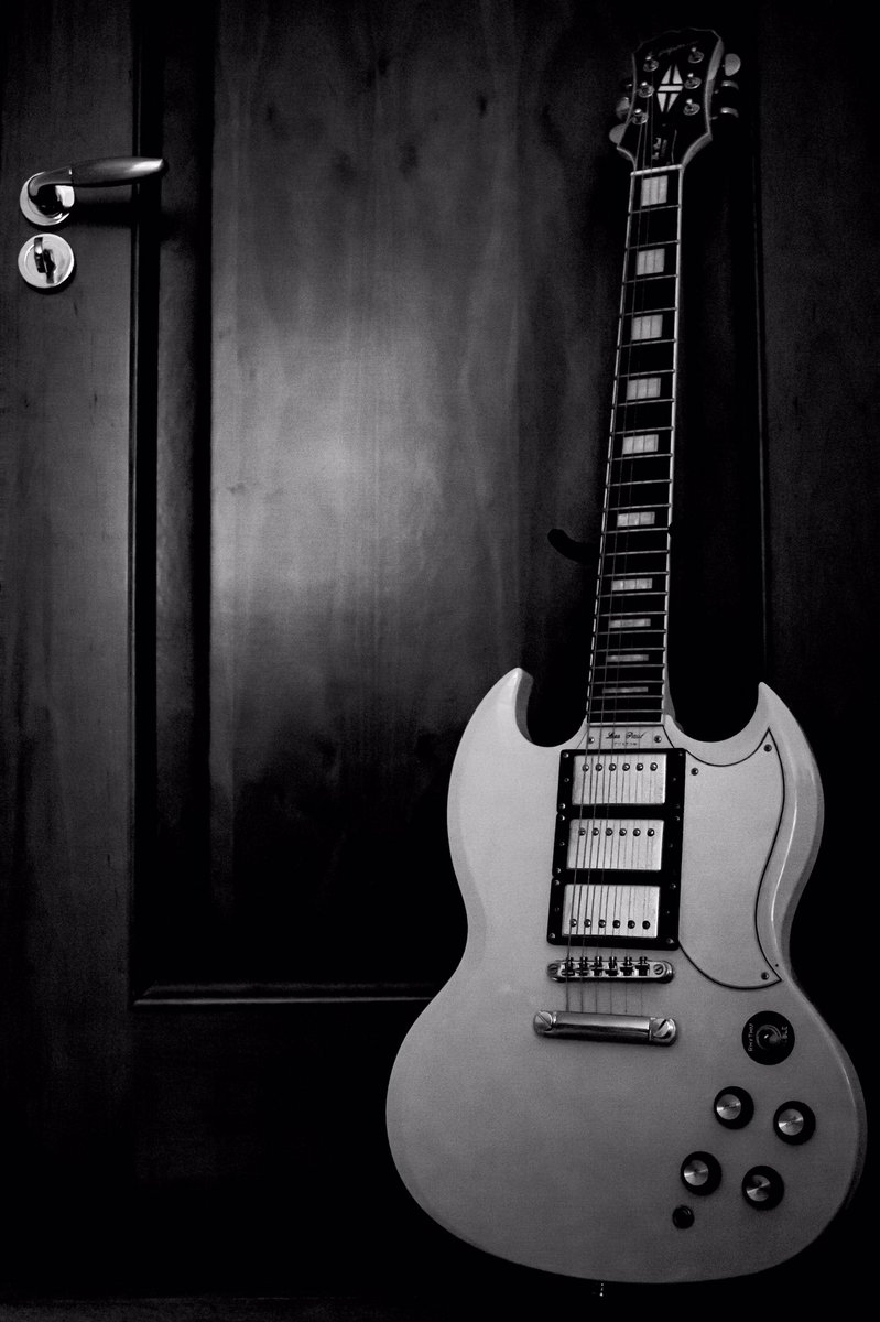 A moody shot for a moody day  . . #guitarphotography #guitar #lespaul #electricguitar #blackandwhite #moody #grunge #canonphotography #blackandwhitephotography #limerick #mediayourwaypic.twitter.com/wuIrLjFC9n