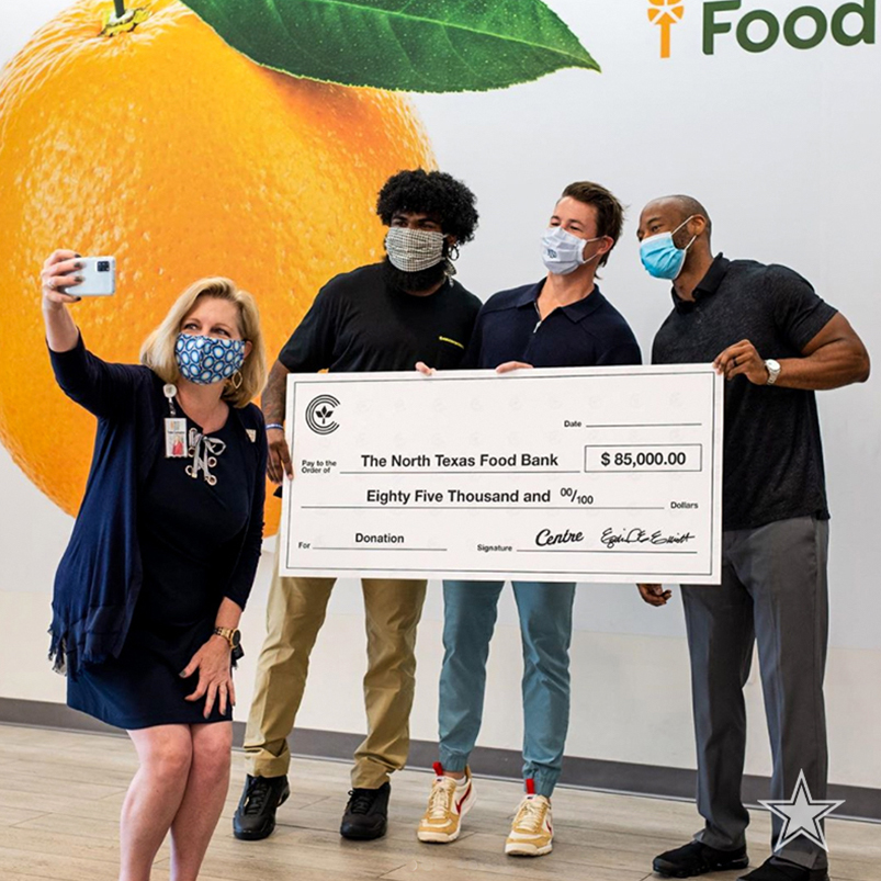 .@EzekielElliott teamed up with CentreTX to raise money to help feed over 400,000 families in North Texas this summer. @ntfb  MORE → https://t.co/6sfMnN5Mn2 https://t.co/l5k9jIIij2