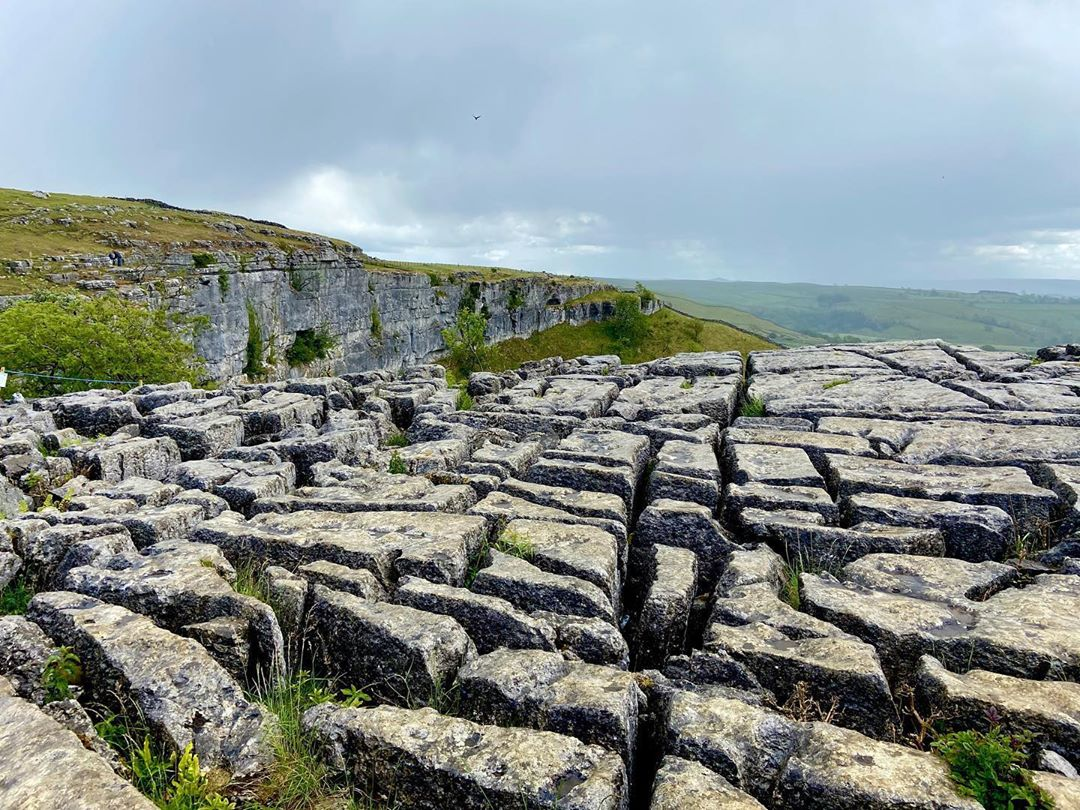 The unique limestone features at Malham Cove were formed at the end of the last Ice Age as erosion caused by melting glaciers formed wonderful shapes you can walk on.  When heading outdoors, remember the Countryside Code 👇 🍃 #RespectProtectEnjoy 🤗  📸: IG / heyshann_ https://t.co/AVaULw6gzP