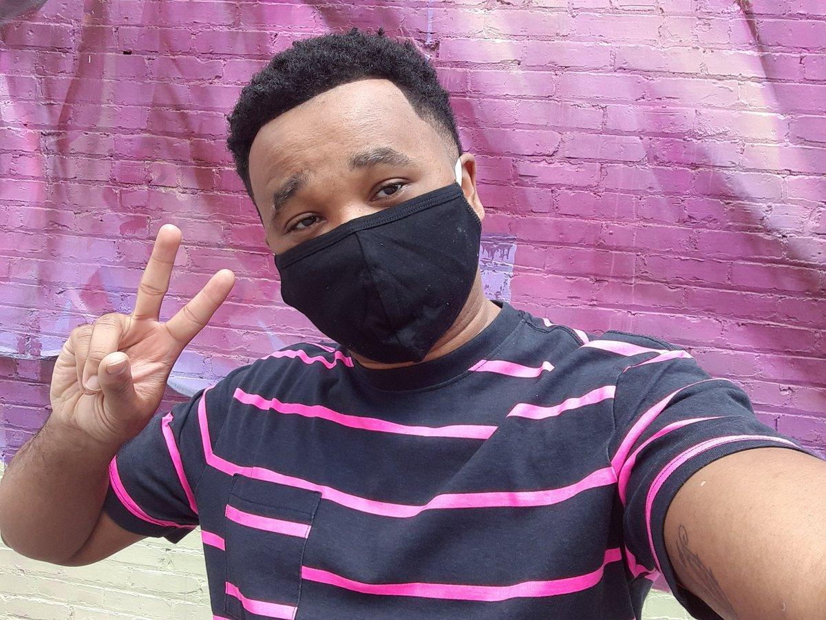 💗✌🏾 This wall matched my outfits aesthetic, so heres a selfie. This mask also matched my aesthetic, so heres my reminder: wear one! ✌🏾💗