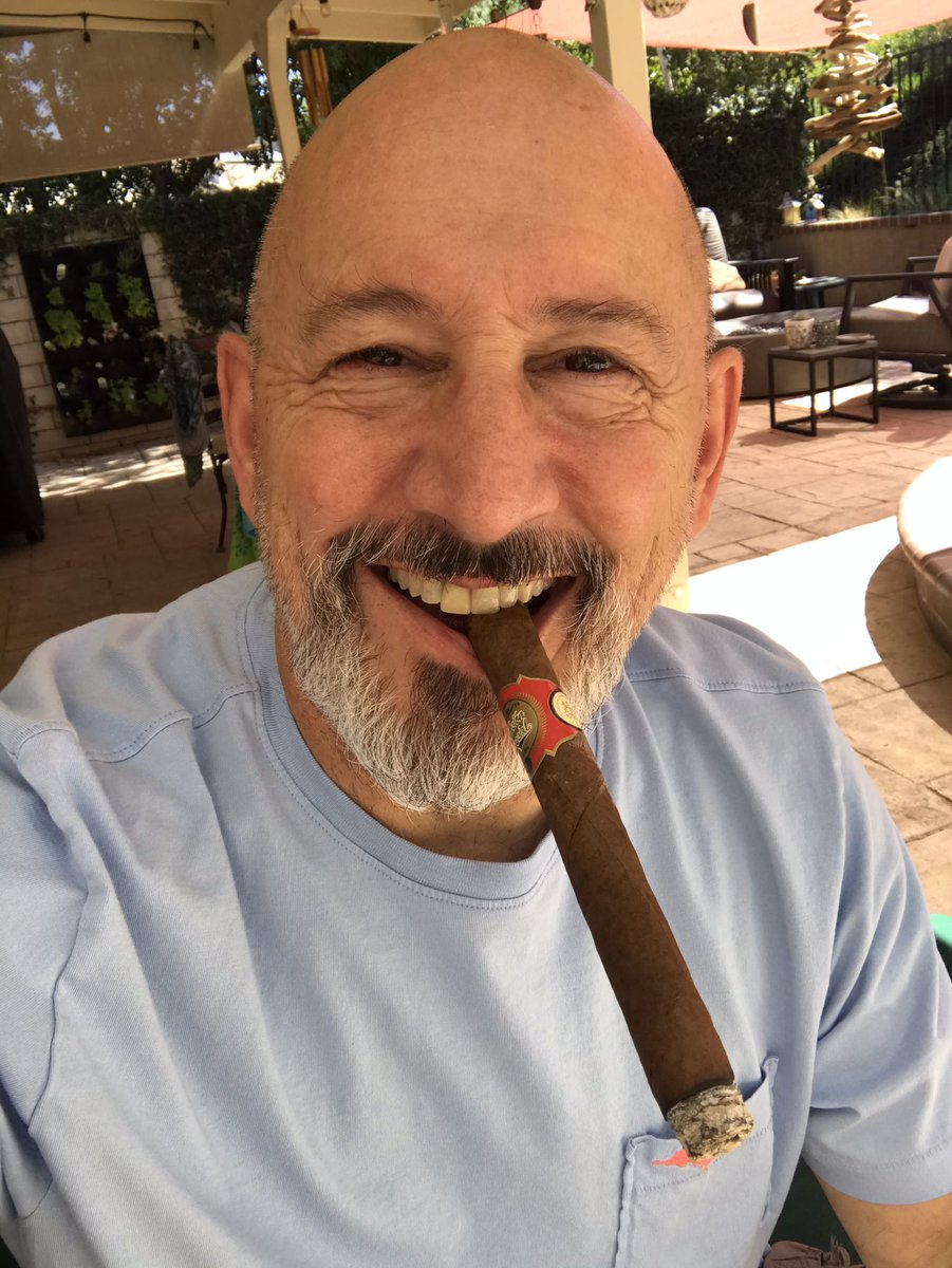 It's time for the #MidweekSmoke! #CigarTwitter, where are you and what are you smoking?😎💨 #cigar https://t.co/fAyPM2i5ST