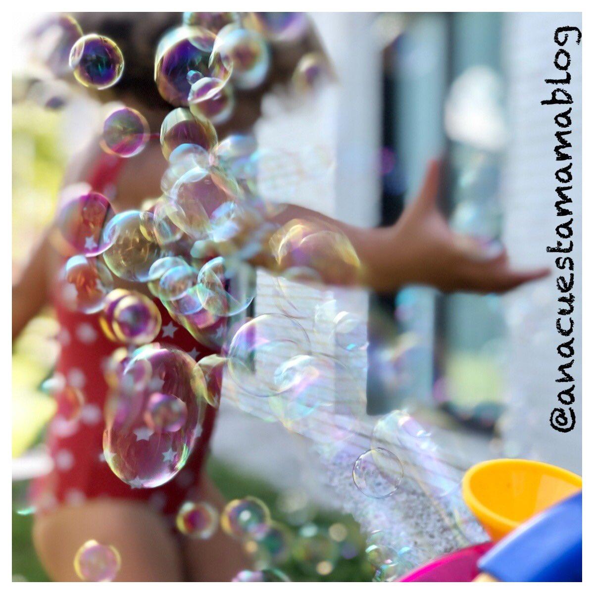 #jugarencasa #pompasdejabon #bubbles  Bañador, agua y pompas para combatir el #calor insoportable que hace en SEVILLA!! Ellos se lo pasan genial aunque haga 45 grados a la sombra... #crianza #maternidad #soydelsur #hijos #madrepic.twitter.com/KjtBbZ8hoL