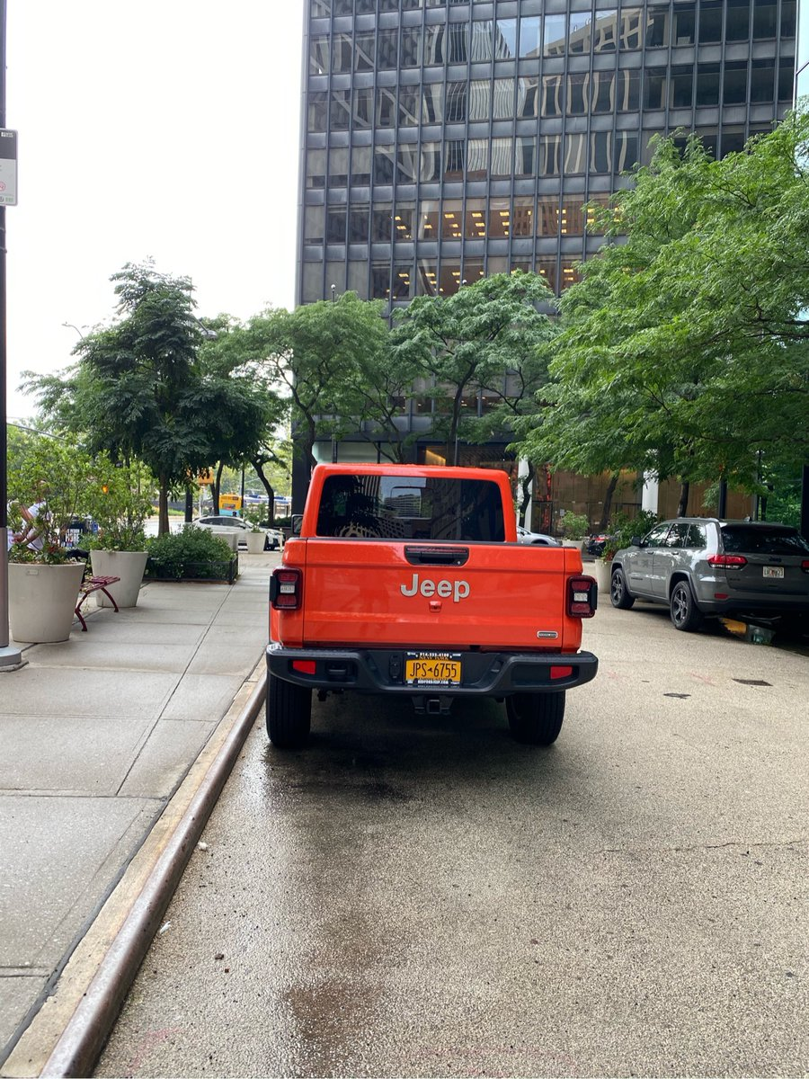 Jeep Gladiator driver JPS6755 parked illegally near 81 Whitehall St on July 8. This is in Manhattan Community Board 01 #CommunityBoard1 & #NYPD1. #VisionZero