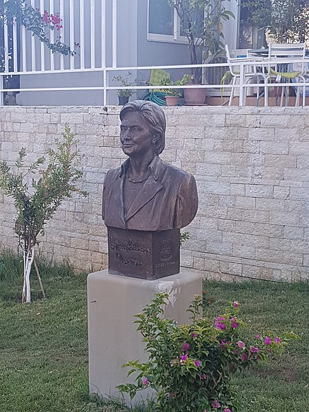 Since we're talking about statues, here's the one of Hillary Clinton that's in Sarande, Albania thanking her for her commitment to justice and peace.<br>http://pic.twitter.com/4ci5ditxui