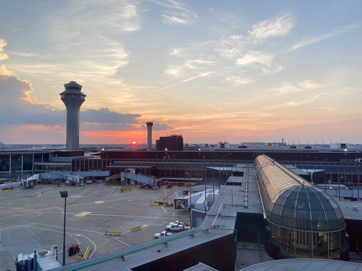 Sunset, Chicago O'Hare #sunset #airportpic.twitter.com/ZBhpcscUEa