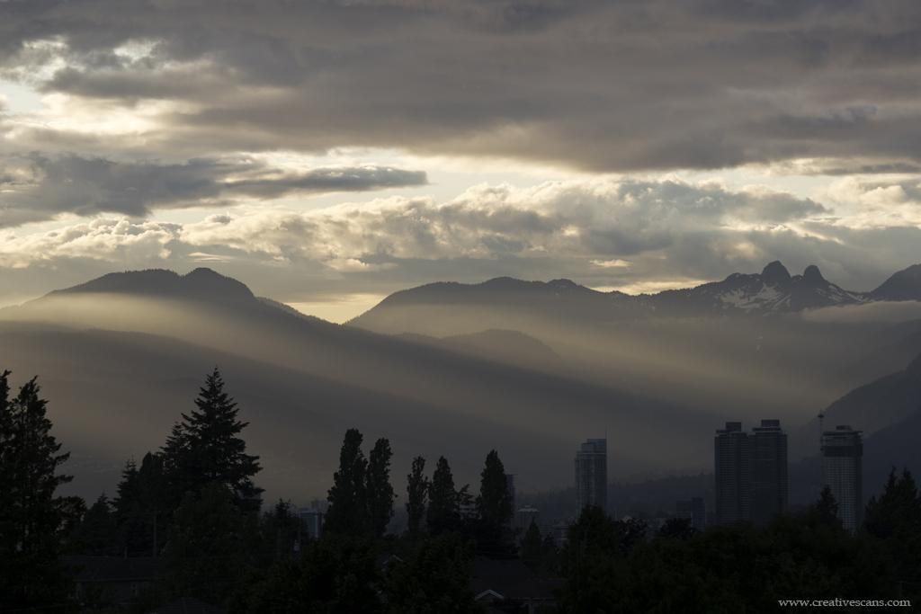 Let the light shine through . . . . #photos604 #weather #sunset #explorebc #globalbc #mountains #pacificnorthwest #yourshotphotographer #clouds #nature #horizon #bcstorm https://t.co/msMlo2ikeA